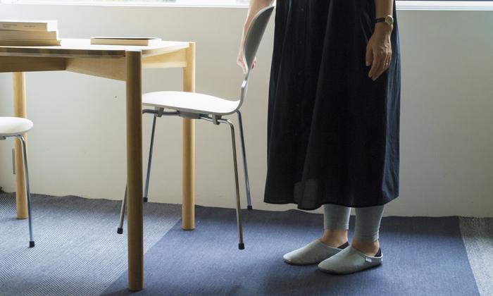 社員食堂で使用されていただけあって、使い勝手は折り紙つき。3本脚は3.2kg、4本脚は3.4kgと軽量で女性でも片手で楽に持ち上げられるので、お掃除のときもストレスなく移動できます。