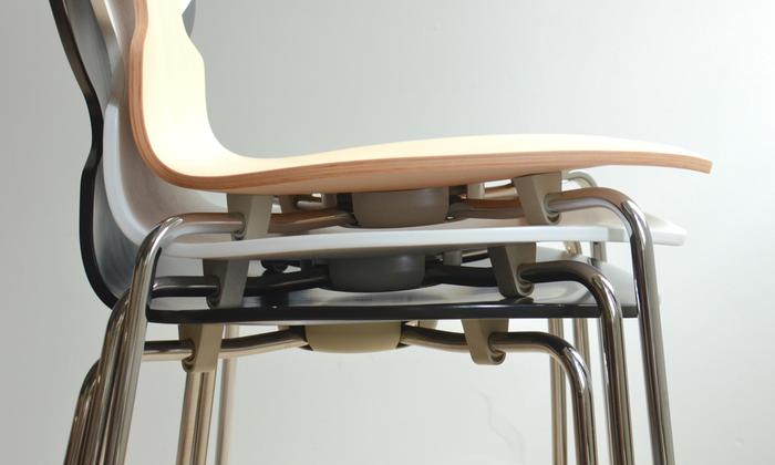 アリンコチェアは最大12脚まで、スタッキングが可能。使わないときは部屋の片隅に重ねて置いておけるので、省スペースで便利です。スタッキングの際、座面が傷つかないよう座裏のスチールパイプに保護パーツが取り付けられ、積み重ねた時にこれが座面に当たるよう設計されています。