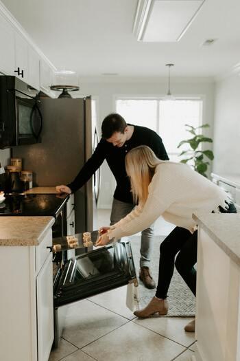 ミートローフはオーブンで焼くのが一般的ですが、それ以外にもフライパンや電子レンジ、オーブントースターに炊飯器まで、様々な調理方法が可能で、それぞれ味わいもや食感なども変わってくる、アレンジも多様なメニューです。以下では、アレンジメニューを調理器具ごとに詳しくご紹介します。