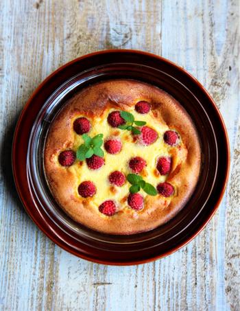 クラフティは材料を順番に混ぜて焼くだけなので、お菓子作り初心者でも気軽に作れるのが魅力。カスタードに合わせるくだものは、イチゴのほかにもブルーベリーやチェリーなどもおすすめです。冷凍フルーツを使ってもOK◎