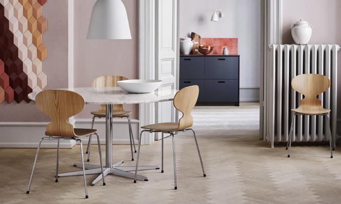 1952年にデンマークで発表された、アント(アリンコ)チェア。デンマークのデザイナー兼建築家、アルネ・ヤコブセン氏が、製薬会社であるノボノルディスク社の社員食堂のためにデザインしたチェアです。蟻に似ていることからアント(アリンコ)チェアと名付けられました。