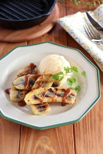 バナナをグリルしてキャラメルソースとバニラアイスをトッピングした、手軽に作れるワンプレートデザート。バナナの甘さとほろ苦のソースが相性抜群で、ほんのり溶けたアイスが絶妙にマッチします◎