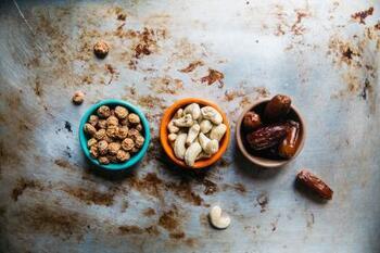 栄養豊富で優秀な食材とは言っても、食べ過ぎは要注意です。良質とはいえ脂質を多く含んでいるので、摂取過多になると肥満の原因になりかねません。ナッツの種類によって最適な粒数が違うと言われていますが、ミックスナッツで「片手にひと握り程度」を目安にするといいでしょう。また、塩分を摂り過ぎないようにするためには「素焼きナッツ」がおすすめです。