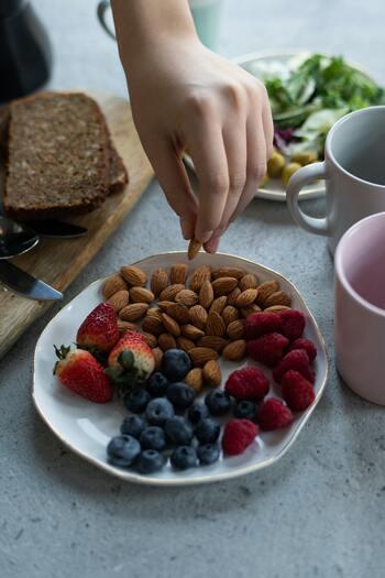 ナッツは噛み応えがあるため、自然と咀嚼回数が増え、満腹感が得やすくなります。少量でも満足できるので、ダイエット中の間食に最適と言えそうです。