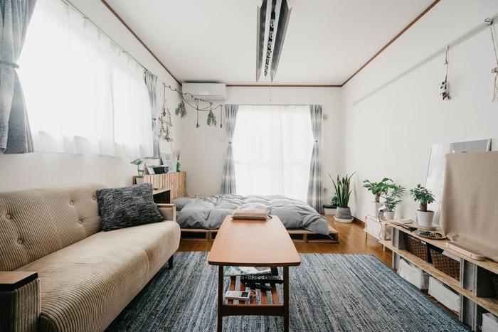 ベッドを一番奥に置き、テレビ台とソファを左右の壁に沿って並べるコの字レイアウト。部屋の中央に広いくつろぎスペースを確保することができます。ワンルームの定番のスタイルで、お部屋の中心にソファを置きたい時に参考にしたいレイアウトです。