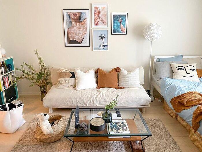 海外リゾートのようなインテリアコーディネートは、開放感がキーワード。部屋全体を明るく見せてくれる白やベージュをベースに整えていきましょう。ブルーやグリーン、イエローなど、カラフルな小物を合わせるところが、シンプル&ナチュラルなお部屋との違いです。