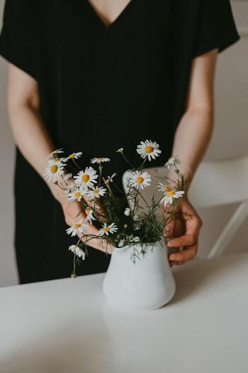 """一日の終わりに、その日にあった良い事・嬉しかった事を挙げてみましょう。おいしくご飯が作れた、好きなお花を買えた、気になっていた場所を掃除することができた…など、どんな些細な事でもOKです。心の中で思うだけでもいいのですが、手帳などに書いて""""見える化""""にすることで、感謝の心をより深く育てることができるでしょう。また嬉しかった事や楽しかった事を思い浮かべるだけで、幸せな気持ちを実感できるようになっていくはずです。"""