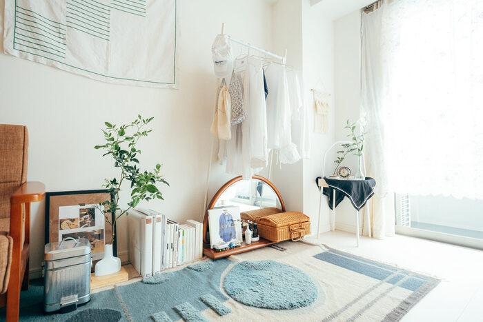 観葉植物やフェイクグリーンがあると、グッとおしゃれなお部屋に近づきます。木製の家具や小物を使う時は、木の色合いを合わせることを意識して。クッションやラグを差し色にして、自分らしい空間を作りましょう。