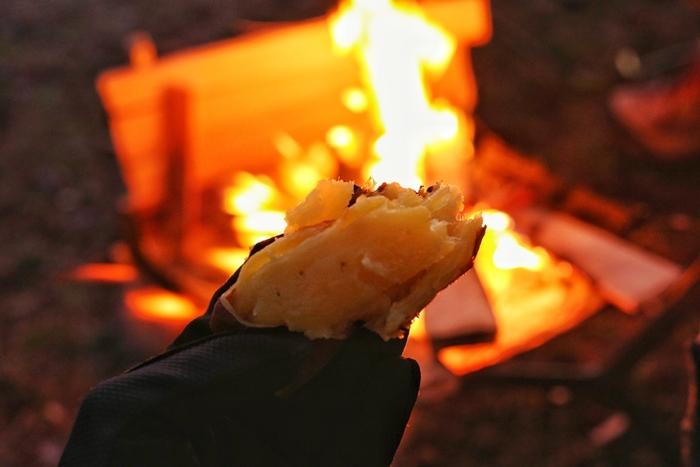 洗って塩をまぶしたさつまいもを、濡れた新聞紙で2重にまき、さらにその上からアルミホイルで包みます。焚き火は熾火の状態にし、熱い炭の中にさつまいもを入れます。15~20分したら向きを変えてさらに20分。食べる時に余分な塩を落として頂きます*