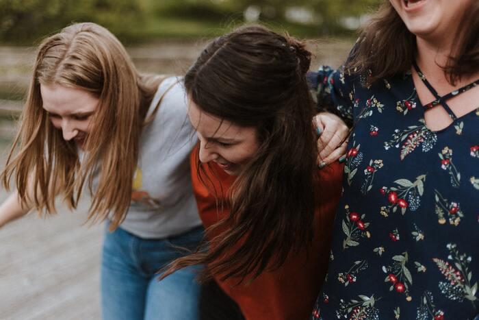 まずは笑顔でいることを意識しましょう。無理に笑う必要はありませんが、やわらかな表情は人を安心させ、親しみやすい印象を与えることができます。また自分の心も穏やかになるので、感謝の気持ちを育てるための第一歩となるでしょう。
