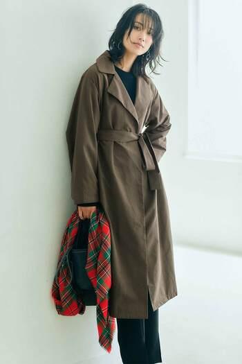 人気スタイリスト福田麻琴さんとのコラボシリーズより、定番のトレンチを女性らしく仕上げた大人上品なコートが登場。ガウンのような美しいシルエットが品格を与えて、羽織るだけで様になります。暖かな中わた入りのライナーはボタンで取り外しでき、ライナーだけでの着用もOK。冬はライナーを重ねて、秋や春は一枚で、ロングシーズン着られる、コーデの幅も広がる嬉しい一着です。