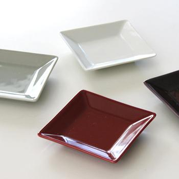 料理の取り分け用に使いやすい角皿です。鮮やか過ぎない色味で、どんな料理にもマッチするのが嬉しい。日常の食卓から特別な時まで、色々なシーンで活躍すること間違いなし!
