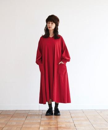 見た目も気分も明るく華やかにしてくれる真っ赤なワンピース。ダークになりがちな冬の着こなしを刷新してくれる主役級アイテムです。裾にボリュームのあるデザインで、歩くたびにゆれるドレープが女性らしくエレガント。袖や胸元にはアクセントになるディテールを入れることで、大人の遊びとこだわりもさりげなくプラスされています。