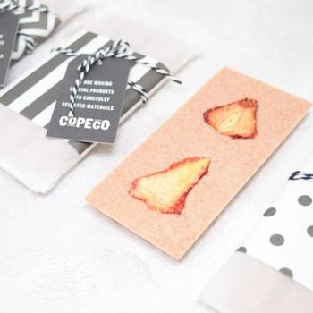 淡いピンク色とドライストロベリーの組み合わせがおしゃれなタブレットチョコレートです。オーガニックチョコレートに、いちごパウダーがたっぷりと入ったフルーティ感が魅力。いちごの美味しさを堪能できるようにあえてちょっぴり粗めのパウダーを使用。着色料は使わずにいちごパウダーの色だけで、合成添加物不使用なのも嬉しいですね。