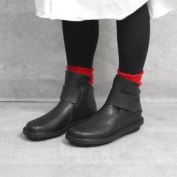 重ねばき初心者の方には、黒タイツと黒シューズで、靴下をワンポイントにするコーデが簡単でおすすめです。華やかな靴下や柄ものの靴下でも、すんなりと完成!