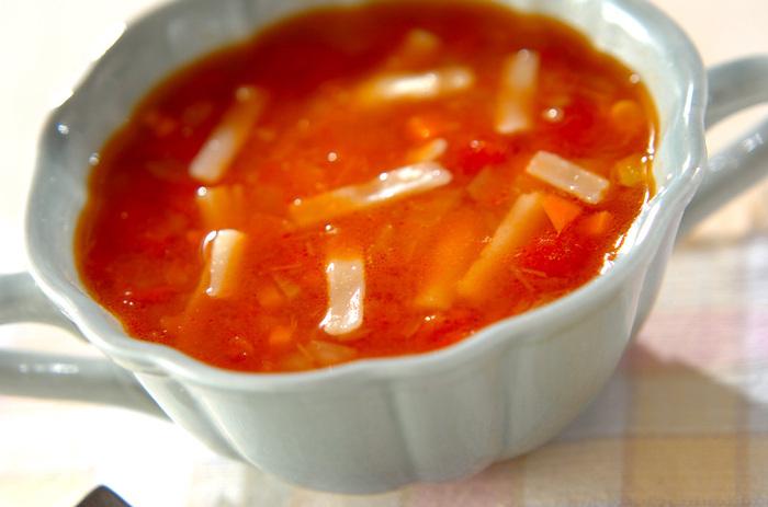 アツアツのスープに入れたチーズがとろーり溶けて、グラタンスープのよう。子供にはそのまま、大人は好みでタバスコを振るとまた違った美味しさが楽しめます。