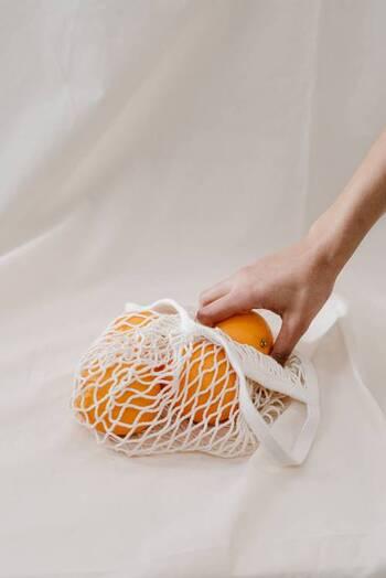 ・オレンジ......2個 ・グラニュー糖...150g ・水......150ml  まずはオランジェットの要となるドライオレンジから。使用するオレンジに決まりはないため、スーパーで売られているネーブルオレンジやミネオラオレンジでOKです。  また、お砂糖は白いグラニュー糖を選ぶのがポイント。てんさい糖や黒糖は優しい甘味に仕上がりますが、きれいなオレンジ色が茶色がかってしまいます。