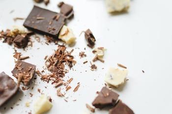 ・チョコレート....適量 ・アラザンやピスタチオなどの飾り....お好みで  コーティングに使用するチョコレートや飾りは、自分好みのものを選んでみましょう。華やかに仕上げたい時は金箔などを使ってみるのもおすすめです。