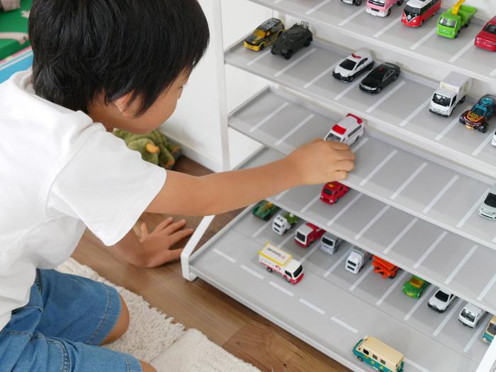 小さい子は収納が遊びの延長上にあると楽しく片付けられます。おままごとなら食材をカゴに入れてディスプレイしたり、ミニカーなら駐車場を収納場所にしたり。  こちらはありそうでなかったミニカーの駐車場風収納ラック。ミニカー好きにはたまらない収納アイテムです。