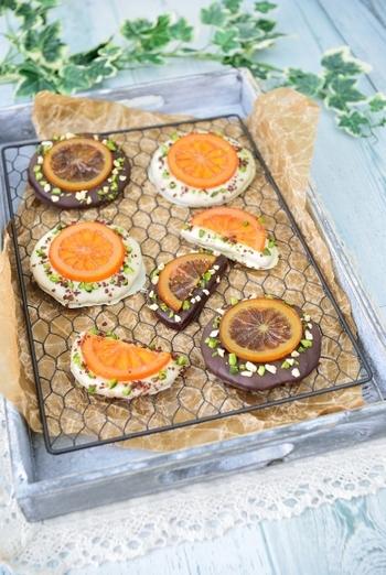 シンプルなサブレにチョコレートをかけ、さらにナッツとオランジェットをトップングした満足感のあるクッキーです。ナッツとチョコレートのこってりとした甘味に、オレンジの爽やかな風味は相性抜群。 華やかな見た目は、そのまま1つずつラッピングしてもかわいいですね!