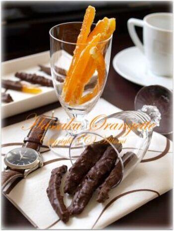 独特の苦味と酸味がある八朔も、オランジェットにすれば食べやすいおしゃれスイーツに。チョコレート部分にローストしたアーモンドを混ぜ込むことで、香ばしさもUPします。お酒のおつまみにもぴったりですよ。