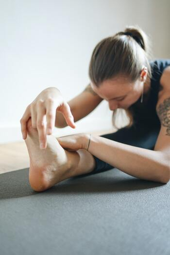 1、長座の姿勢で座ります。 2、右の脚を立てたら横にぱたんと倒し、鼻から息を吸って背筋を伸ばし、吐きながら上体を前に倒します。 *この時、骨盤から前に倒すイメージ 3、3~5呼吸し、反対側も同じように行います。  太ももの裏が伸びて気持ち良いですよ。