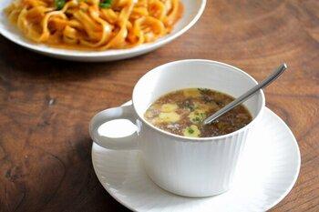 コーヒーや紅茶を入れるのはもちろん、口が広いのでスープカップとしても使えます。持ち手があるから飲みやすく、朝食やランチに添えるスープを入れるのにぴったり。