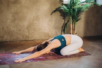 1、正座の姿勢から、上半身を前に倒し両手を長く伸ばします。 2、3~5呼吸しながら、腰回りの伸びを感じましょう。  ヨガでは、休憩のポーズとして行われることが多いチャイルドポーズ。腰痛の緩和や、腰の疲れをとるという効果もあります。