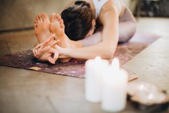 1、長座の姿勢で座ります。 *この時座骨をマットにしっかりおろし、骨盤を立てるようにしましょう。 2、息を吸いながら背筋を伸ばし、吐きながら上体を前に倒します。手は脚の触れるところに。 3、3~5呼吸しながら、太ももの裏の伸びを意識します。  脚の血流を促進して柔軟にすることで脚が軽くなり、楽に歩けるようになりますよ。