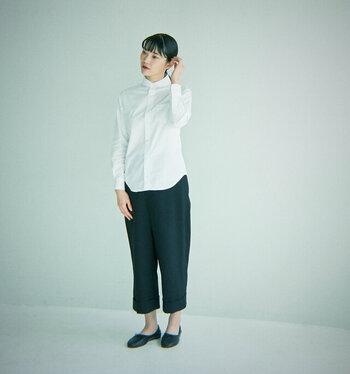 こちらも、白の爽やかなシャツのシンプルコーデ。上までボタンを留めることできちんと感がでて、半端丈パンツ×素足で履いたフラットシューズも上品に可愛らしく着こなせます。 ヘアスタイルもまとめることで、襟の存在感との相性も◎