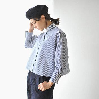 シャツスタイルに、ベレー帽をかぶることで、トラッド感がぐっとアップ。 メンズライクなストライブシャツも、短め丈のふんわりとしたラインを合わせて。女性らしいラインのアイテムを加えることで、やわらかな雰囲気のトラッドスタイルに◎