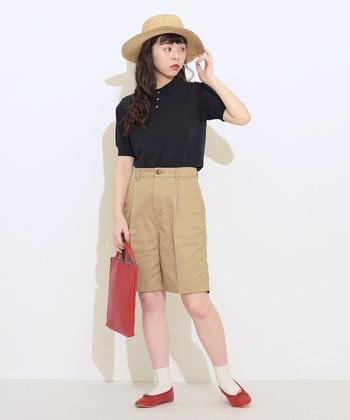 メンズライクな黒のポロシャツは、ショートパンツ×白ソックスで元気で可愛らしく着こなして◎ 帽子からゆれるふんわりヘアで全体の印象がやわらかな雰囲気に。赤のバッグとシューズで軽やかなアクセントをプラス。