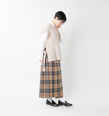 ゆったりサイズのベストを、チェック柄プリーツスカート×ローファーの定番トラッドアイテムでガーリーにまとめて。 サイドのリボンデザインのゆるやかなラインのベストのおかげで、軽やかな印象に◎