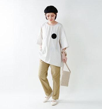 長めのクルーネックのシャツとチノパンに、ベレー帽とフラットシューズでぐんとトラッド感を演出。 ゆったりとしたサイズのアイテムに、足元にちらりとやわらかなカラーソックスをのぞかせて遊び心をプラス。バッグは軽やかな小さめバッグが相性◎