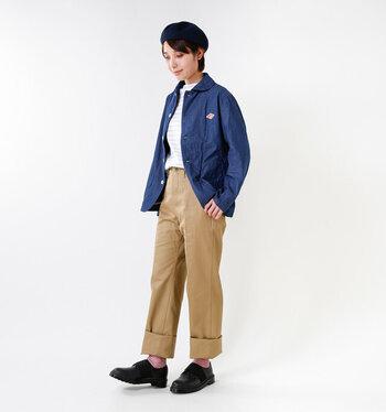 革靴にロールアップしたチノパン、キレイな青のジャケットでメンズライクなトラッドスタイルの完成◎ ジャケットは丸襟を選ぶこと、ベレー帽をプラスことで、可愛らしい雰囲気が加わります。