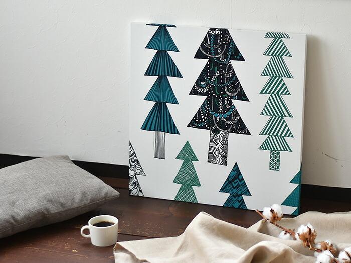人気の北欧ブランド「marimekko(マリメッコ)」のテキスタイル。 雪景色をバックにしたおしゃれなモミの木はインパクトがありますが、グリーンとブラックの落ち着いた配色なので飾りやすいです。