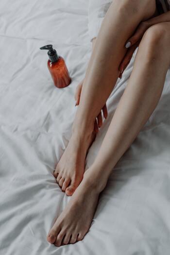 1.膝を立てた状態でクリームをふくらはぎに伸ばす 2.グーの手で下から上に3〜5回押し上げるようにマッサージ 3.ふくらはぎの裏に両手の親指を当て、ツボを押すようにくるぶしから膝の裏までプッシュ 膝の裏にはリンパがあるため、ここも親指で少し強めに押しましょう。