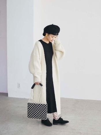 秋冬といえば、やっぱり王道のモノトーンも楽しみたい!黒のシューズはソフトな素材、白黒靴下はかわいらしいドット柄で、色以外からあたたかみをプラスすると今っぽいです。