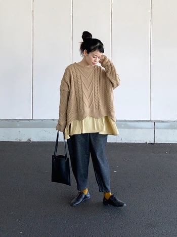 暖色はコーデのワンポイントとして取り入れる以外にも、トップス×靴下で揃えても素敵。色同士を離す合わせ方は失敗しにくいので、基本の型としてイチオシです。