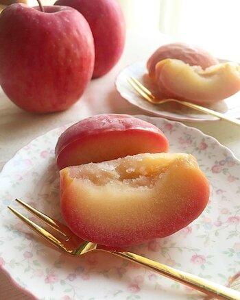こちらは、りんごに味を付けてから冷凍する方法です。砂糖やレモン汁で少し煮てから冷まして、生のときと同じようにラップに包んで冷凍しましょう。食べる時は、半解凍にしてからお好みの大きさに切るので、大きめにカットして凍らせていても全然大丈夫です。おもてなし時のデザートにもおすすめ♪
