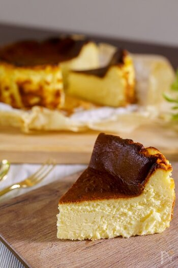 材料5つを混ぜて焼くだけで簡単に本格バスクチーズケーキができちゃう嬉しいレシピ。口どけ食感がたまりません♪チーズケーキなら、おもてなしにもピッタリですね。