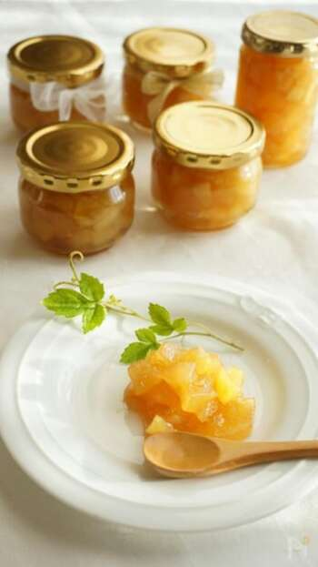 りんごはジャムにしておくと、少しずつ食べられて便利です。こちらは、ざらめを使ったジャムのレシピ。ざらめを使うとおいしい色だけでなくコクも出せますよ。水は入れずに、りんごの水分とレモン汁だけで煮るのがポイント。お好みで、りんごと相性の良いシナモンパウダーをプラスしましょう♪