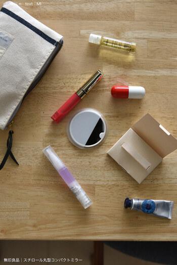 あぶらとり紙の「過度な」使用は、お肌に良くありません。皮脂には肌を乾燥から守る役割があり、余計な皮脂がたくさん出ている状態=肌が乾燥しているサイン。ここでさらに皮脂を取り過ぎると、肌の乾燥が進み、さらなる皮脂の分泌を促す悪循環につながってしまいます。