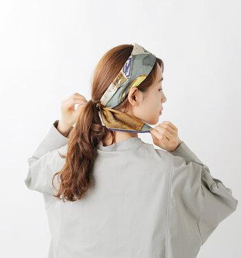 すっきりとしたシルエットを狙うならスカーフやターバンを使ってみて。前髪をおろしたスタイルは横顔に立体感が出てバランスがよくなります。おでこを布で隠せば綺麗な卵型に近づき小顔効果は絶大です。