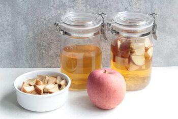 普段、りんご酢を料理に使っている方も多いのではないでしょうか。こちらは、いつものりんご酢を使って、手作りのアップルビネガーが作れるレシピ。漬け込み期間は1週間ほどなので、わりとすぐに使えます。完成後に取り出したりんごも、冷蔵庫で5日ほど日持ちするので、ヨーグルトなどに入れて食べてみてください♪