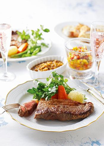 パプリカなどの彩り野菜をたっぷり使ったラビゴットソース。サラダのような美しさで、ヘルシー志向の女性にもおすすめです。食卓が明るくなりそう。