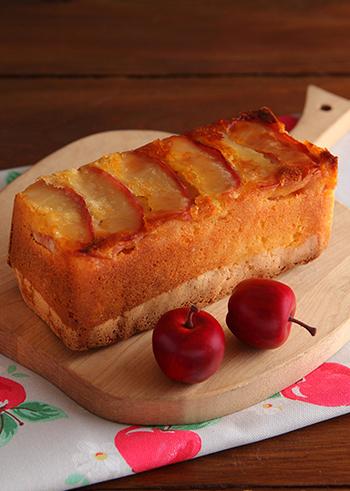 こちらは、パウンド型で作るりんごのケーキです。とっておきのスイーツギフトにもおすすめ。生地を入れる前に型にりんごを並べておくのがポイントです。そうすると、焼き上がって逆さまにして型から外したときに、上にりんごが登場しますよ♪トッピングとはまた違う風合いがおしゃれなケーキです。