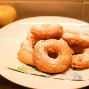 りんごは、ドーナツのように揚げて食べるのもおいしいんです。こちらは、輪切りにしたりんごに衣を付けてふんわり揚げたレシピ。仕上げに粉糖を振ったらできあがりです。できたては熱々のとろけるようなりんごの味わいが楽しめますよ。ヤケドに気を付けて召し上がれ♪