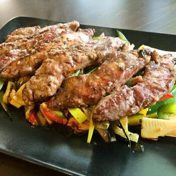 ステーキソースは、洋風と和風とは限りません。オイスターソースとごま油でコクを出した中華風もおすすめ。肉も野菜もおいしくいただけます。