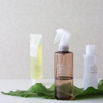 合わせてお肌の乾燥ケアもできるといいですね。メイク直しの際には、あぶらとり紙を使用した後にスプレーやミストタイプの化粧水でしっかり保湿すると良いでしょう。乾燥から肌を守るために皮脂が過剰に分泌されている状態であれば、こうしたこまめな保湿を繰り返していくことで、皮脂の分泌を抑えることができます。